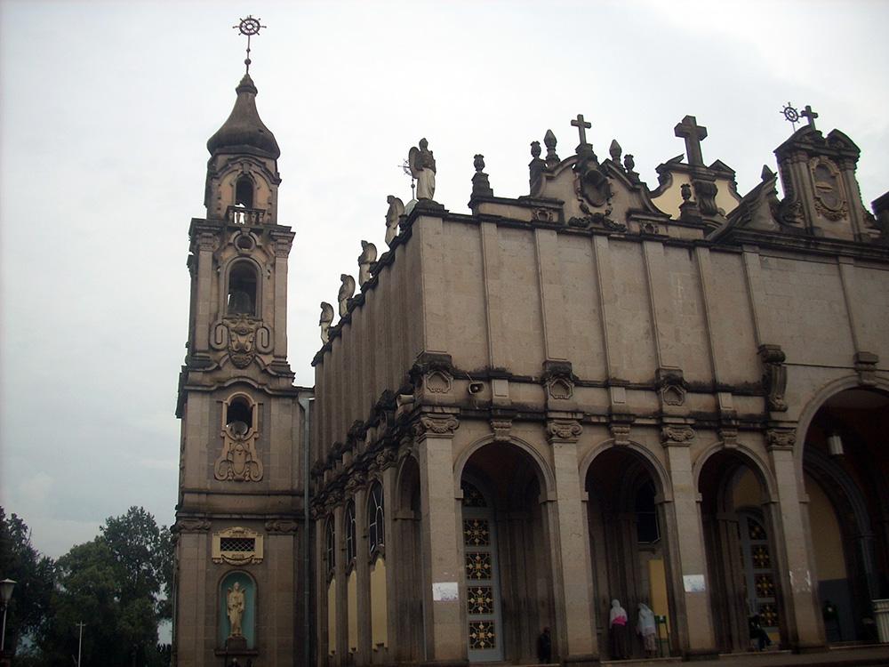 חזיתה הצפונית של כנסיית טריניטי / סלאסי באדיס אבבה, בה קבורות עצמותיו של היילסלאסי.
